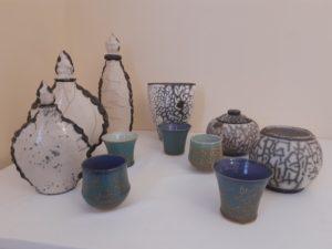 présentation de pièces raku et de grès utilitaires